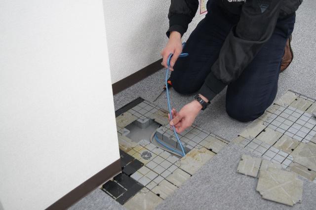 二重床(OAフロア)に配線ケーブルを収納するときの写真
