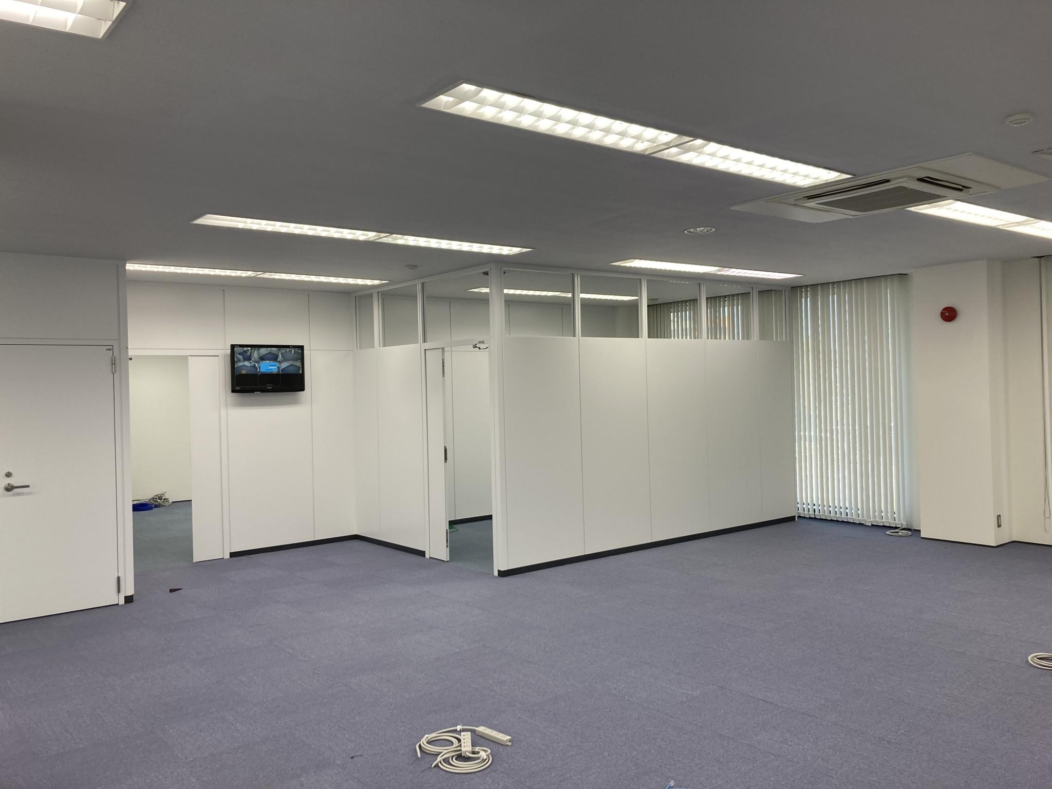事務所移転に伴う事務所内の間仕切りと配線を整理するための床のOAフロア、配線工事
