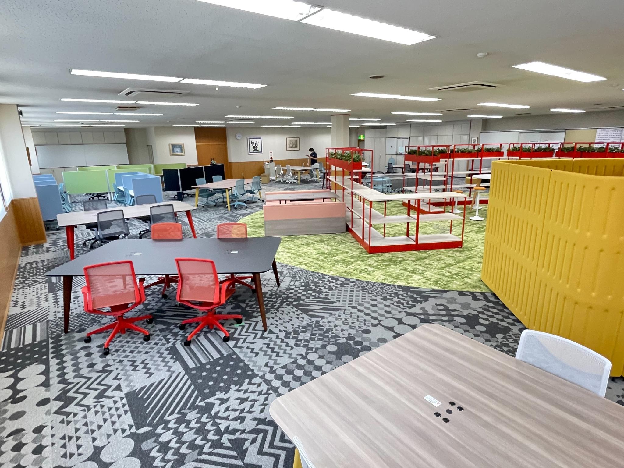 カラフルな家具でおしゃれなオープンオフィスに!
