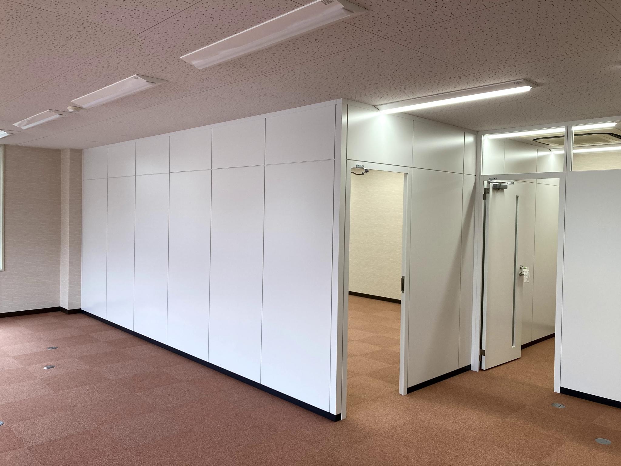 パーティション(間仕切り)で会議室と休憩室を新設!
